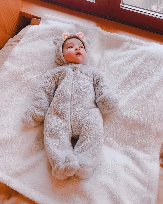 Phạm Hương tiếp tục khoe khoảnh khắc đáng yêu của con trai khi mới 1 tháng tuổi