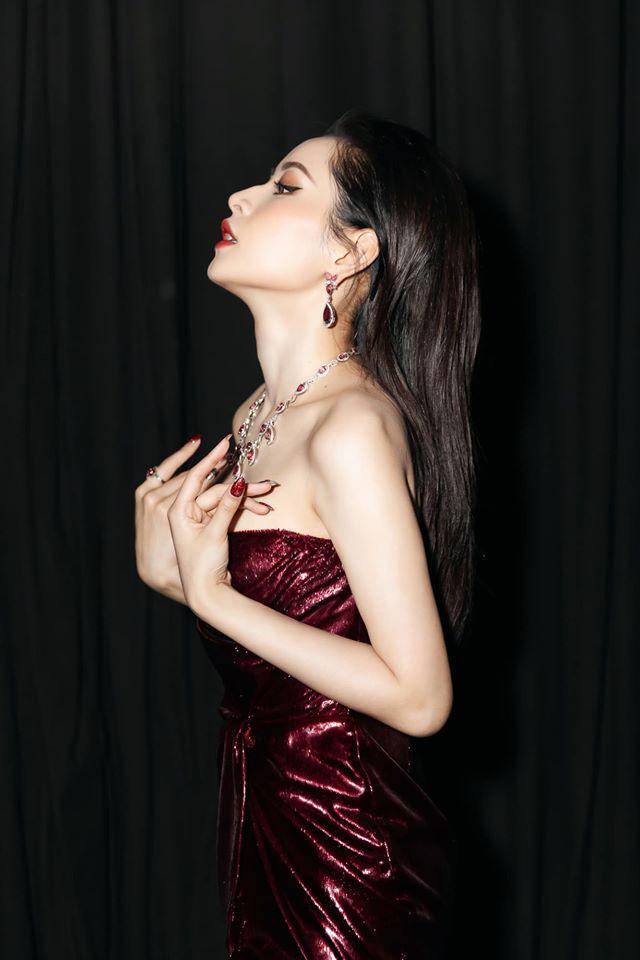Chi Pu diện váy lộng lẫy khoe đường cong, đeo trang sức 3 tỷ dự thảm đỏ
