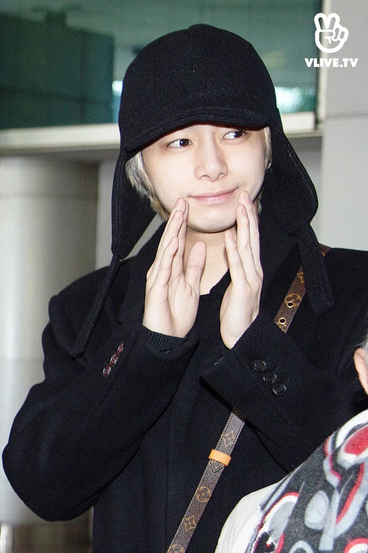 E Dawn quăng cú lừa khi xuất hiện hộ tống người yêu HyunA tại sân bay Tân Sơn Nhất
