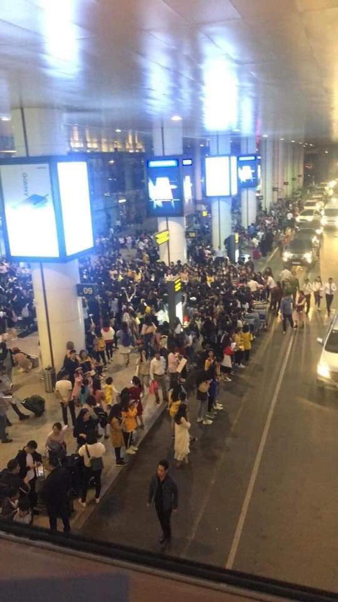 Cảnh tượng Sehun và Chanyeol (EXO) bị đám đông fan xô đẩy, bóp nghẹt giữa sân bay