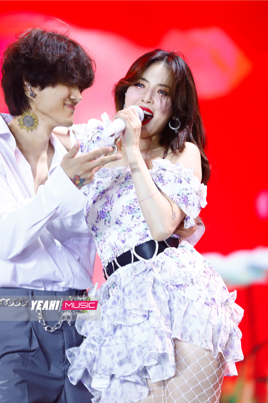 Hyuna sexy nghẹt thở, Nguyễn Trần Trung Quân trình diễn mashup cực đỉnh tại đại nhạc hội Hàn-Việt cuối năm