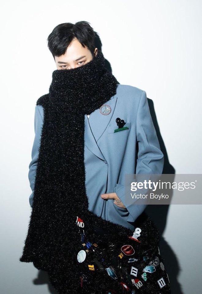 G-Dragon gây choáng với phong cách thời trang độc lạ khi sang Pháp ủng hộ chị gái cùng anh rể tài tử
