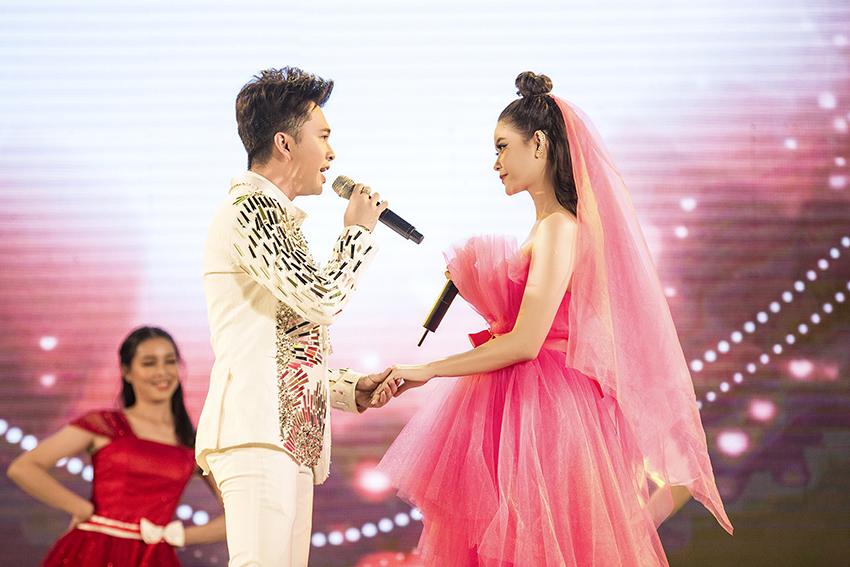 Nam Cường quỳ gối 'cầu hôn' Trương Quỳnh Anh trên sân khấu liveshow 'Tết đến rồi'