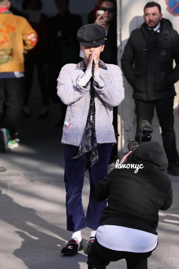 Lần đầu tái xuất tại show Chanel sau khi xuất ngũ, G-Dragon lọt luôn top 3 trending trên Twitter vì visual quá đỉnh