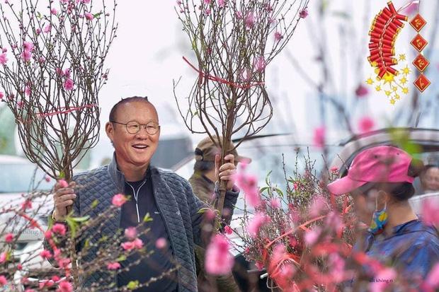 Những ngày giáp Tết Quang Hải, Công Phượng đi buôn đào, thầy Park cũng hai tay hai cành chơi Tết