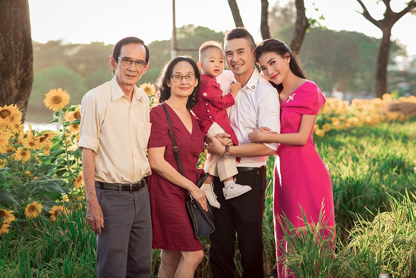 'Cậu ấm' Bảo Bảo nhà Lương Thế Thành – Thúy Diễm diện áo dài, khoe vẻ đáng yêu cùng ông bà và bố mẹ