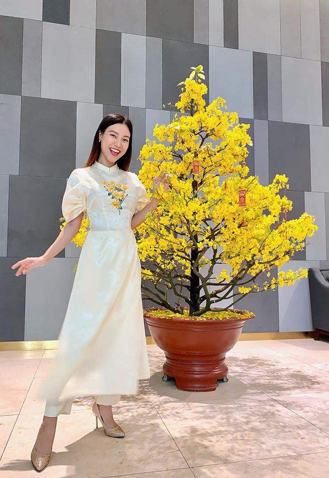 Chặt chém với hàng hiệu cả năm, mỹ nhân Việt đồng loạt diện áo dài thướt tha xuống phố mùng 1 Tết