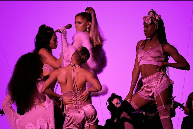 Grammy 2020: Camila Cabello ôm bố òa khóc,  Ariana Grande mang cả giường ngủ quẩy cùng dàn drag queen