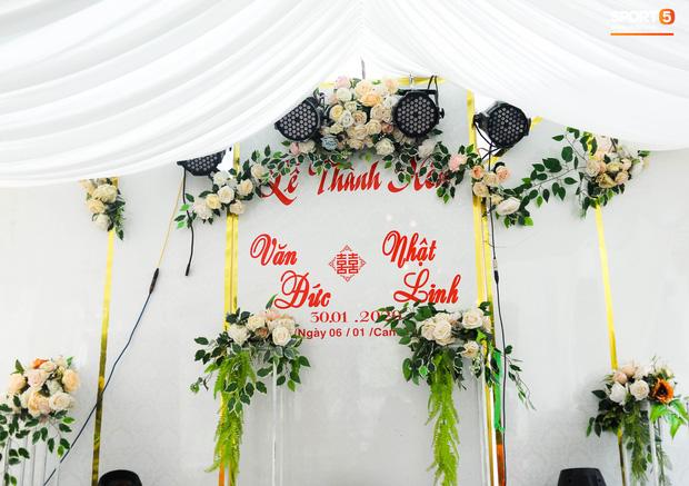 Văn Đức tươi cười đón khách đến mừng đám cưới, nắm tay động viên vợ sắp cưới vượt qua cơn say xe