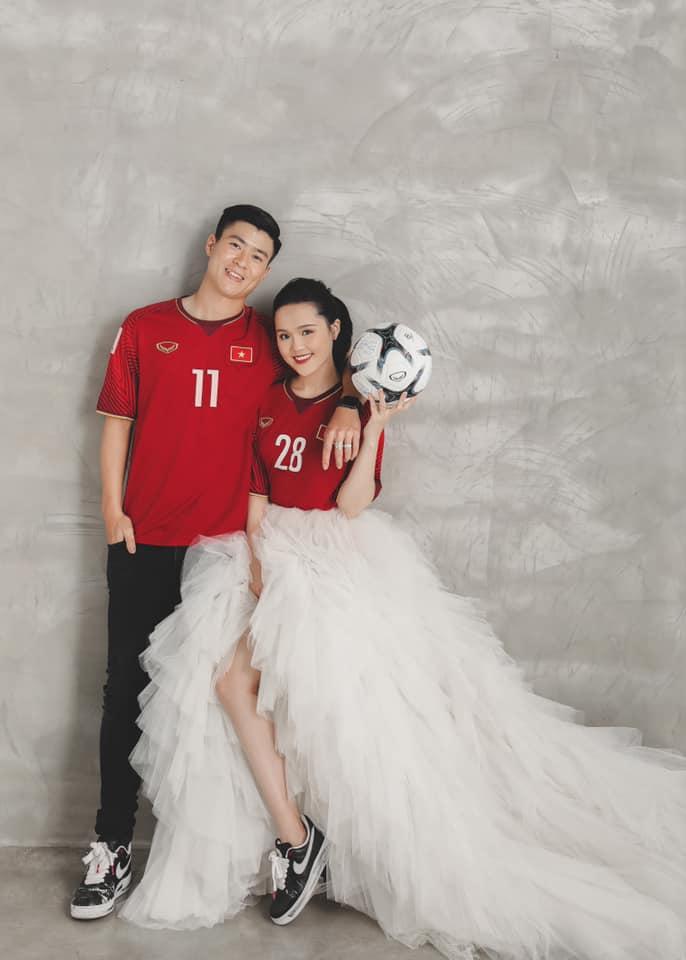 Ảnh cưới đậm chất bóng đá của Duy Mạnh - Quỳnh Anh: Mặc áo đấu gợi nhắc kỳ tích U23 châu Á và AFF Cup 2018