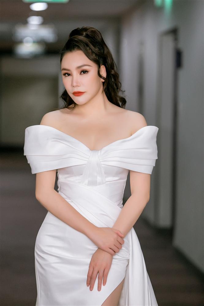 Hồ Quỳnh Hương nổi quạu, chỉ trích đồng nghiệp xem thường khi mang trợ lý ra hát với cô
