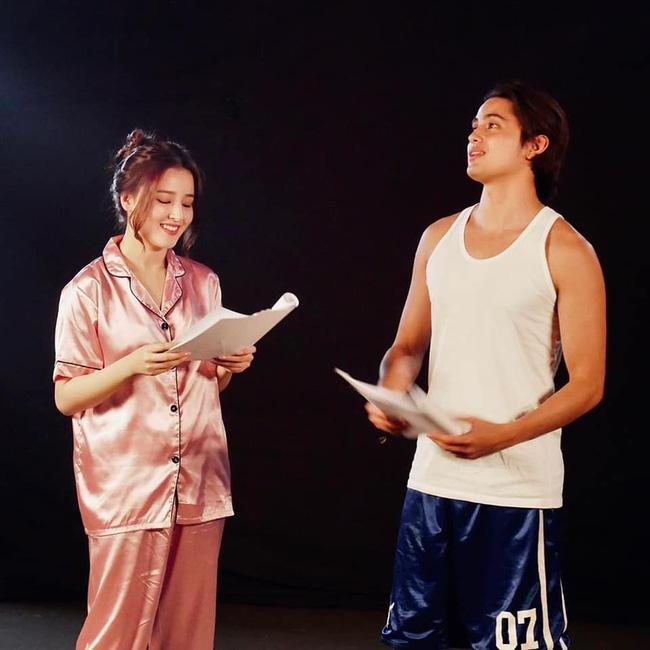 Hé lộ tạo hình siêu xinh đẹp của thiên thần lai Nancy (MOMOLAND) trong phim đóng cùng với nam thần người Philippines