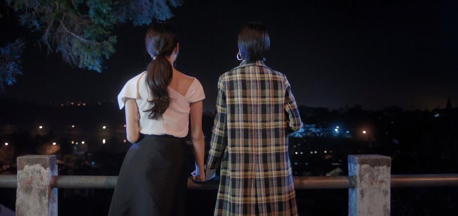 MV Tặng anh cho cô ấy: Hương Giang và Lee hợp tác trừng trị Hân, nắm tay ra về sau màn đánh ghen khiến CĐM hả hê