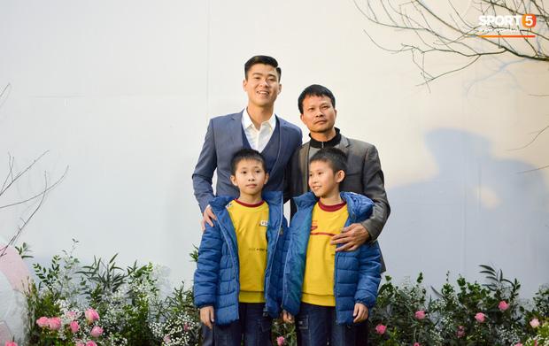 Duy Mạnh điển trai ngời ngời trong bữa tiệc thân mật ở quê nhà trước ngày cưới với Quỳnh Anh