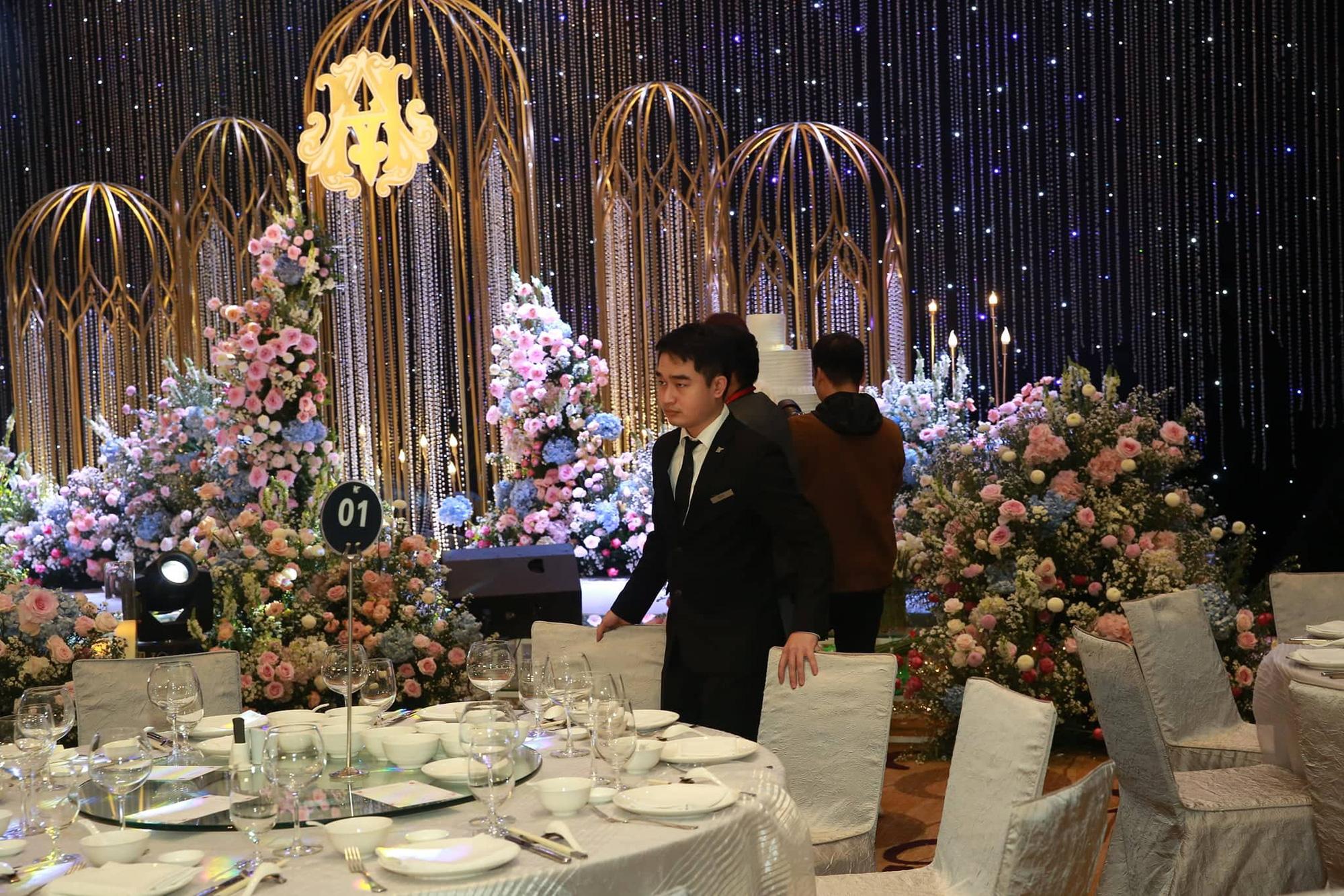 Chiếc váy trăm triệu của Quỳnh Anh bất ngờ được mang đặt giữa lễ đường, tiết lộ không gian sảnh cưới đẹp như dành cho công chúa trong cổ tích