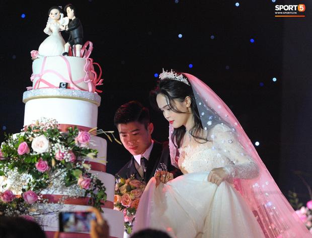 Hãy yêu và cưới một chàng trai như Duy Mạnh, người có thể khom lưng chỉnh váy bất cứ lúc nào cho Quỳnh Anh