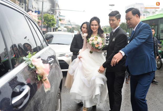 Chú rể Duy Mạnh cực kì điển trai, cô dâu Quỳnh Anh xinh đẹp đeo dây chuyền đính 186 viên kim cương giá 800 triệu