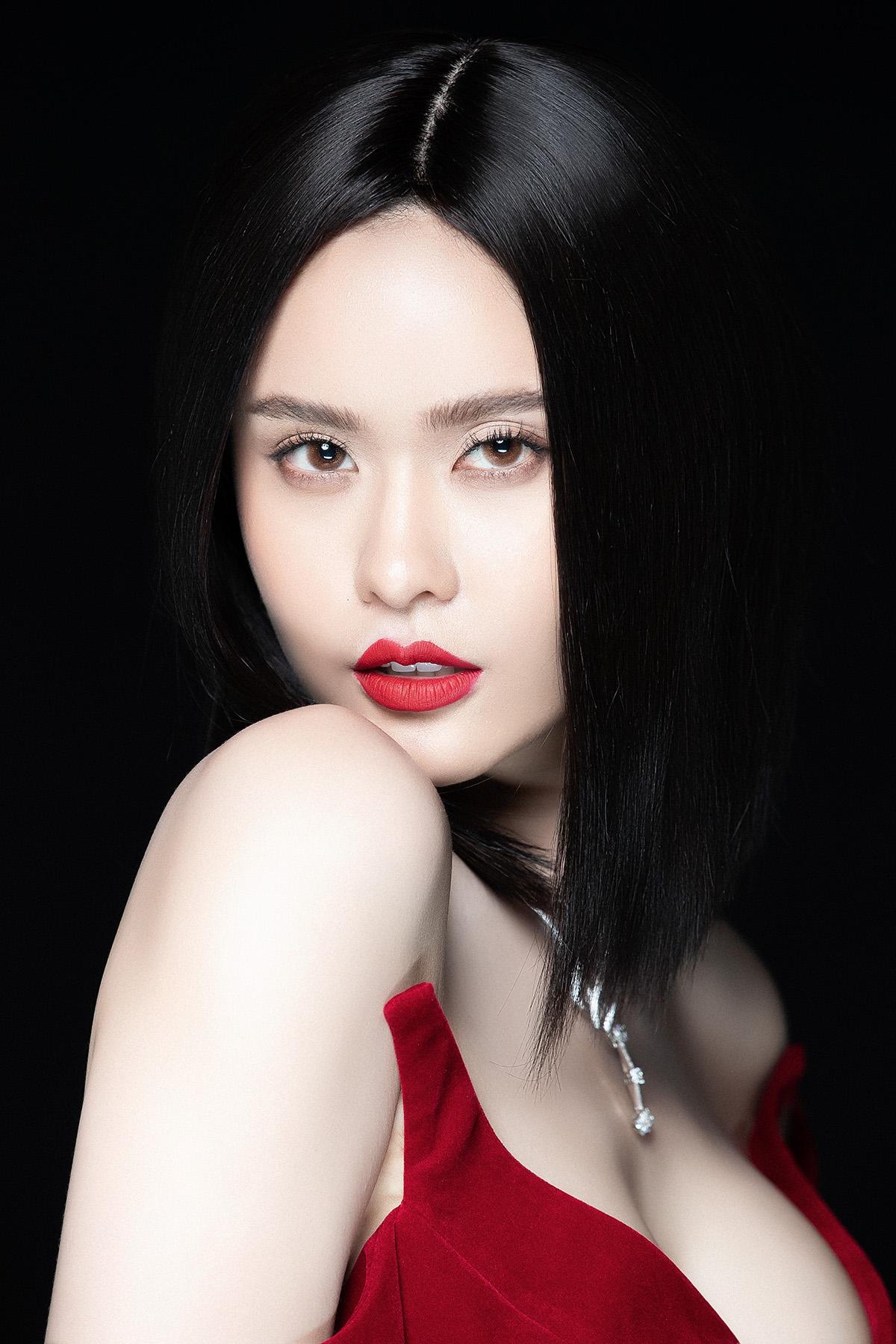 Trương Quỳnh Anh mặc xẻ sâu hút, quyến rũ đến từng khoảnh khắc