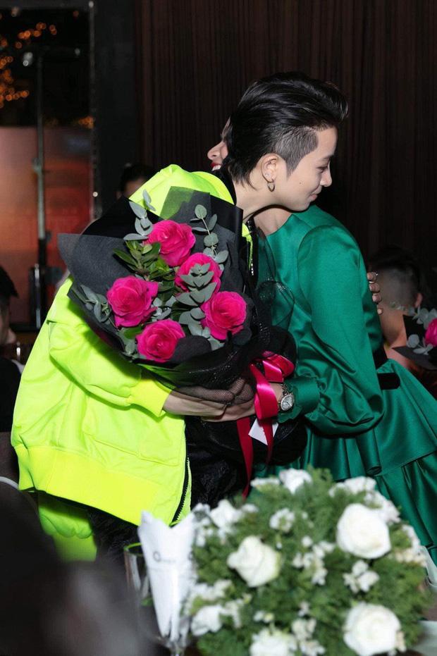 Gil Lê và Hoàng Thùy Linh tiếp tục check in đón bình minh cùng một nơi giữa tin đồn sống chung