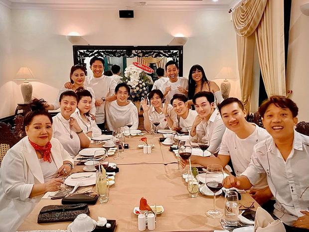 Trấn Thành tổ chức tiệc sinh nhật muộn cùng hội bạn thân nhưng bà xã Hari Won lại vắng mặt