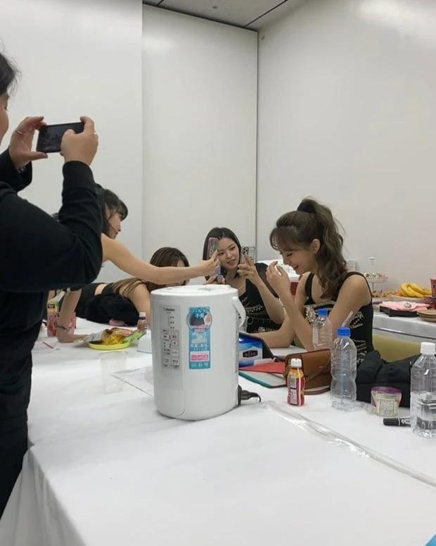Bị các cô chị TWICE trêu đùa chụp đại, ai ngờ nữ thần Tzuyu nhận về loạt ảnh xuất thần: Nhan sắc thật cũng được hé lộ!