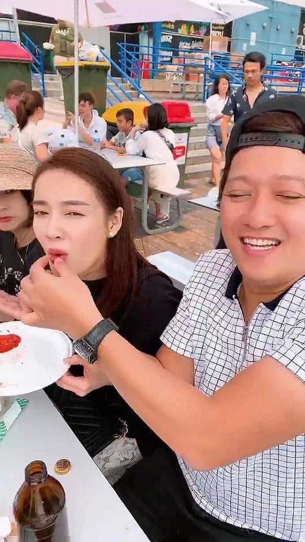 Trường Giang tự tay hoạ mặt cực dễ thương cho Nhã Phương trước khi quay MV