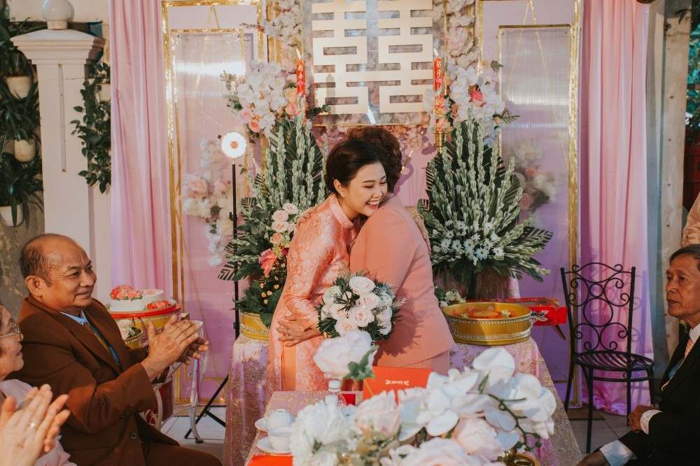 Hồ Vĩnh Khoa và bạn đời diện trang phục ton sur ton tại đám cưới em gái