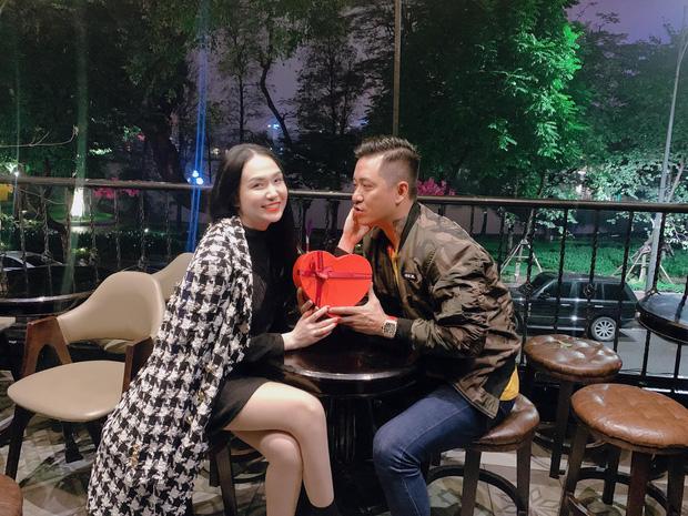 Valentine siêu ngọt của loạt cặp đôi Vbiz: Vợ chồng Tuấn Hưng cực tình, Ưng Hoàng Phúc dành điều bất ngờ cho vợ!