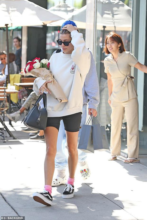 Justin Bieber tặng vợ cả bó hoa bự trong ngày Valentine nhưng phản ứng của Hailey lại lạnh lùng thế này