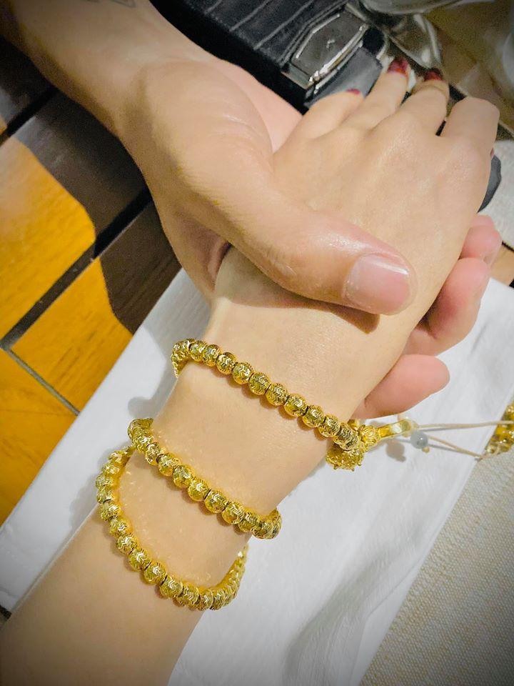 Công Vinh khoe vòng vàng của Thủy Tiên, tự nhận: Anh không có gì ngoài 2 bàn tay trắng, may mắn nắm được tay em