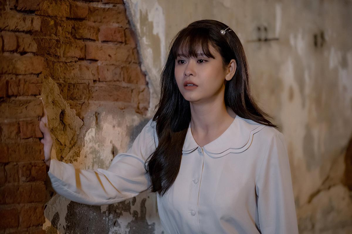 Trương Quỳnh Anh 'chơi bạo', khóa môi trai lạ trong teaser MV mới