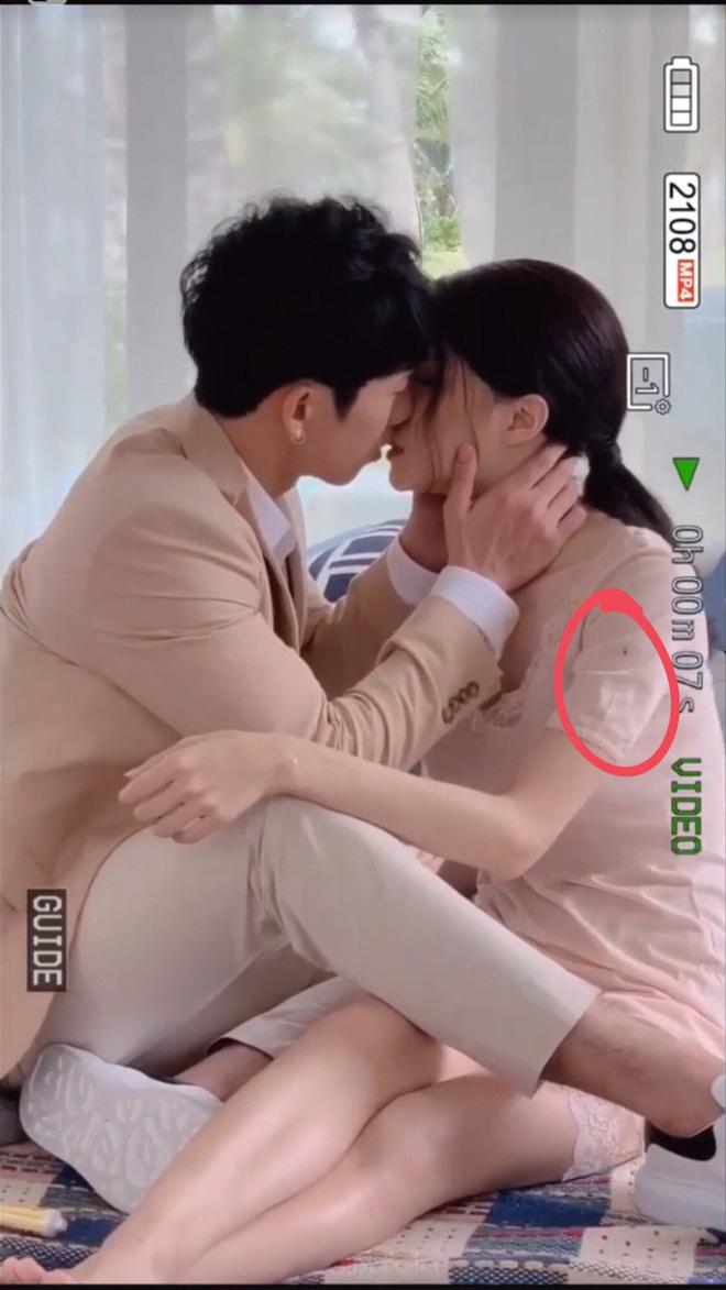 Khoảnh khắc Hương Giang đang hôn Tuấn Trần ngọt lịm nhưng lại bị kẻ thứ 3 xen vào