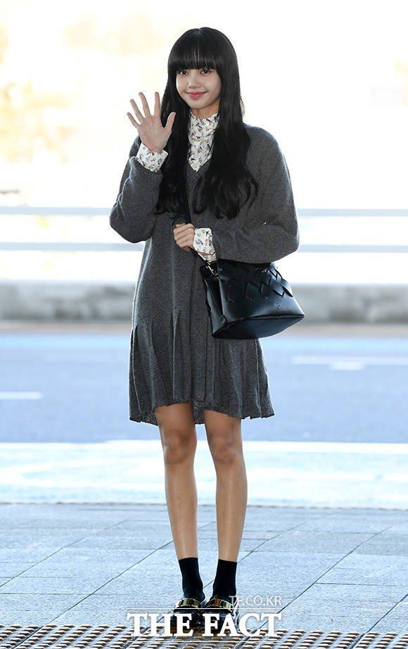 Em gái quốc tế Lisa (BLACKPINK) gây náo loạn sân bay vì đôi chân siêu thon dài chiếm hết spotlight