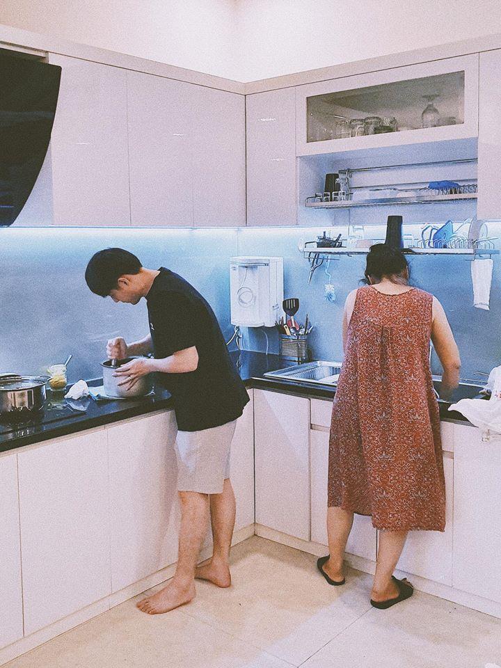 Ông Cao Thắng đích thân vào bếp, cùng mẹ vợ nấu bữa tối cho Đông Nhi