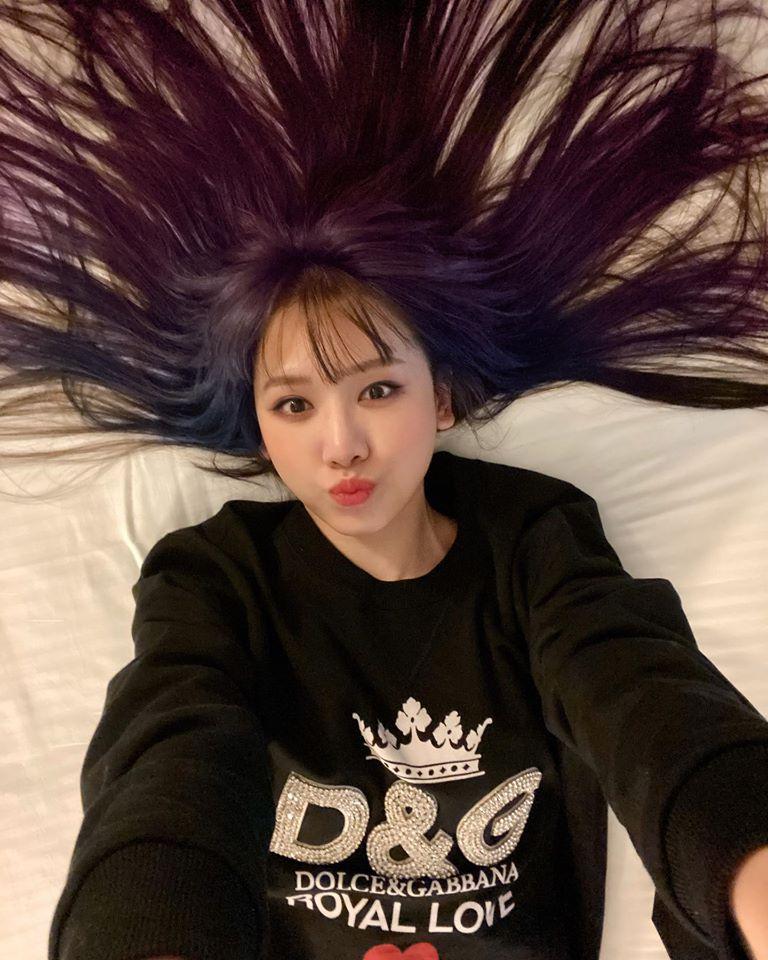 Hari Won chơi lớn nhuộm tóc ombre tím-xanh sành điệu, trông hay ho và nổi bật hơn hẳn