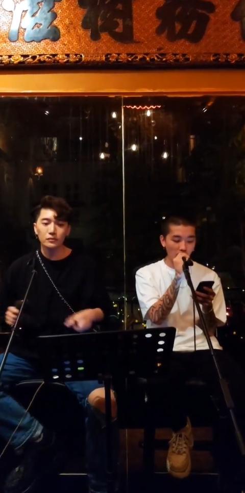 Châu Đăng Khoa hát hò tưng bừng cùng rapper Khói và bạn bè giữa lùm xùm