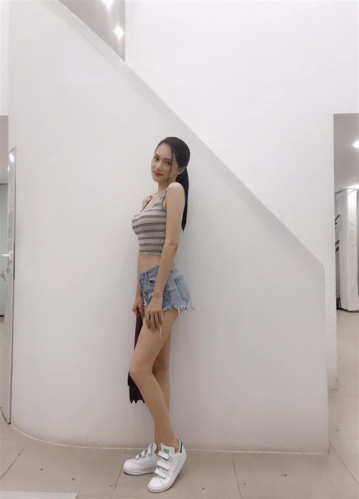 Hương Giang khiến fan lo lắng khi lộ đôi chân gầy như sắp gãy, nhăn nheo khó tả