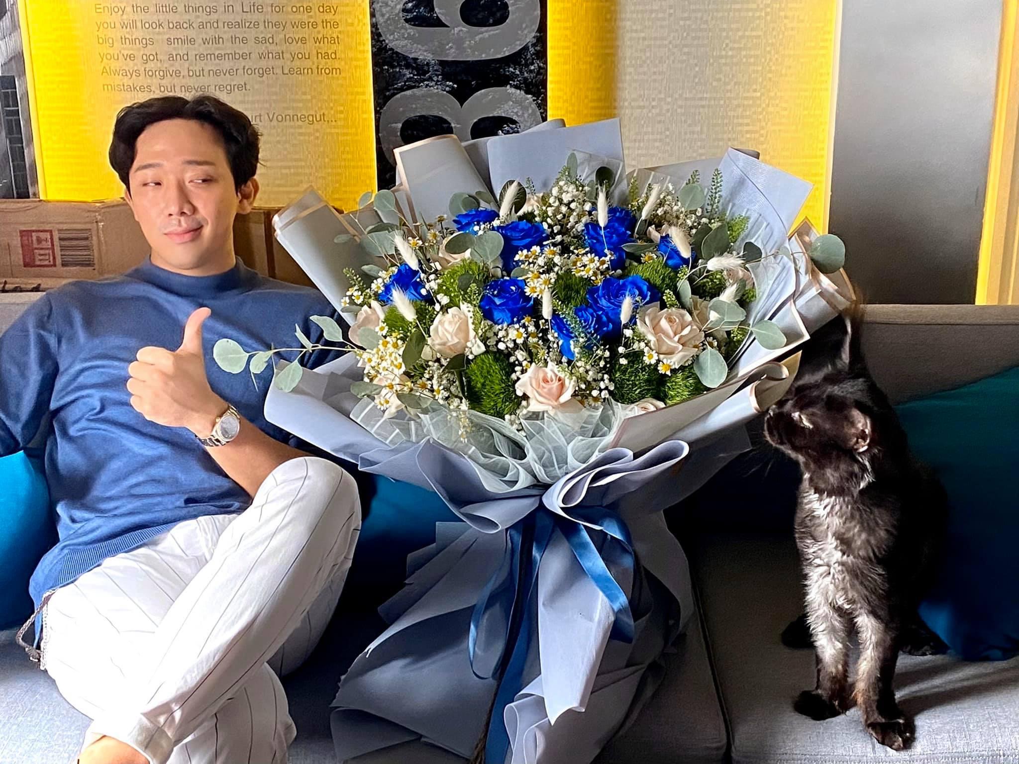 Trấn Thành gọi Hari Won là hắn, tặng vợ hoa hồng xanh quý hiếm ngày 8/3