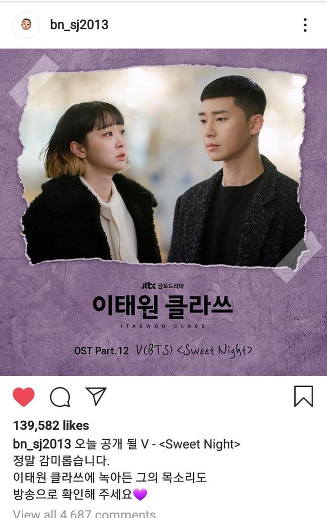 """V gây bão khi hát OST """"Tầng Lớp Itaewon"""" bằng tiếng Anh cực mượt, được ông chủ Park Seo Joon giúp sức lật đổ cả... BTS trên các BXH"""