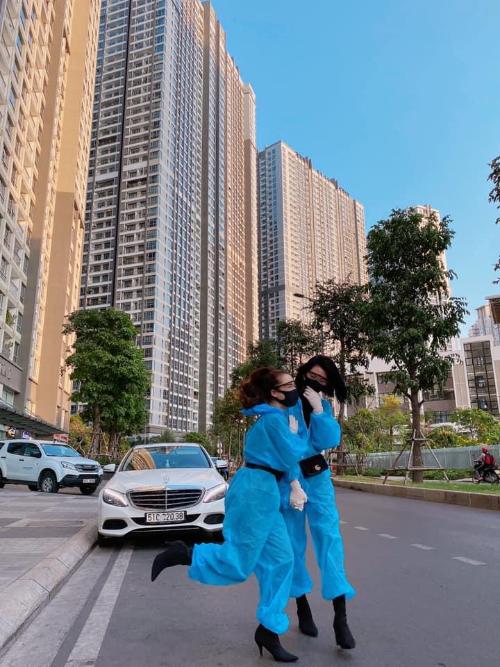 Nhã Phương dạo phố trong trang phục chống corona: Diện đồ bảo hộ mà vẫn sành điệu hết nấc