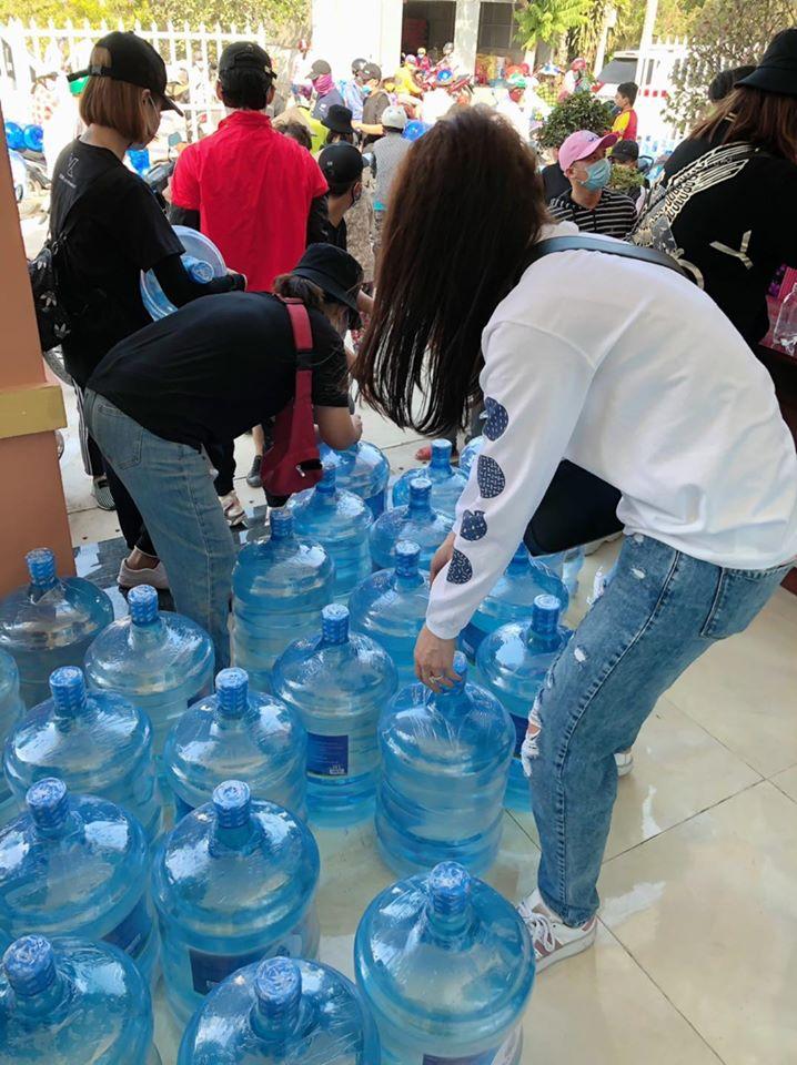 Hari Won cùng Tuấn Trần mang hàng nghìn bình nước ngọt xuống miền Tây cứu trợ bà con