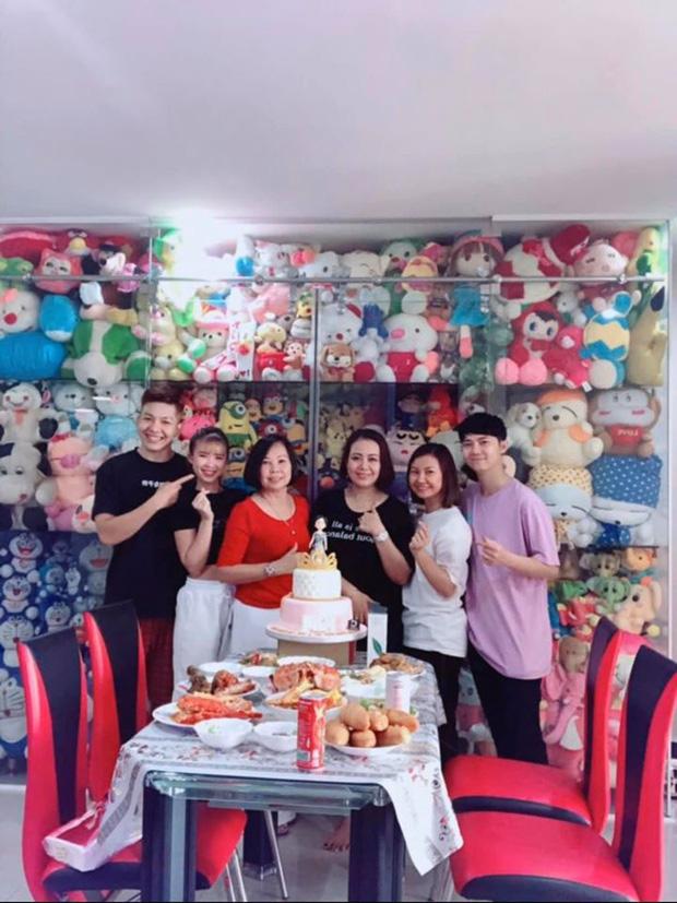 Kevin Khánh - Khởi My tổ chức sinh nhật cho mẹ nhưng gây chú ý lại là tủ thú bông siêu to khổng lồ phía sau