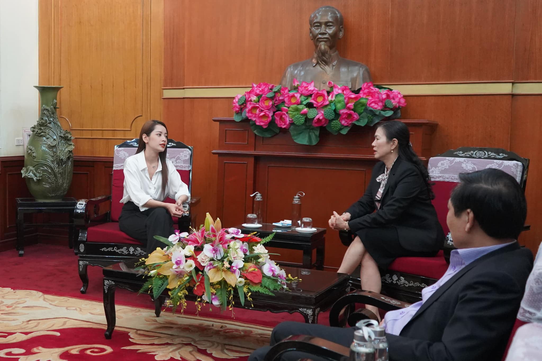 Chi Pu tiến hành trao tặng 5.000 bộ trang phục bảo hộ y tế tại Hà Nội và TP. HCM