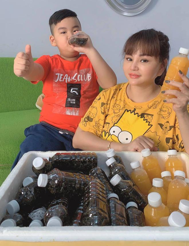 Ế show vì dịch Covid-19, Quyền Linh - Lê Giang phải đi bán nước cam ép, nước rửa chén mưu sinh