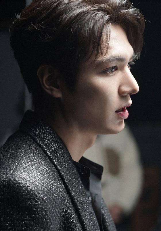Điên đảo với góc nghiêng cực phẩm của Lee Min Ho trong hậu trường phim mới mẹ đẻ Hậu duệ mặt trời