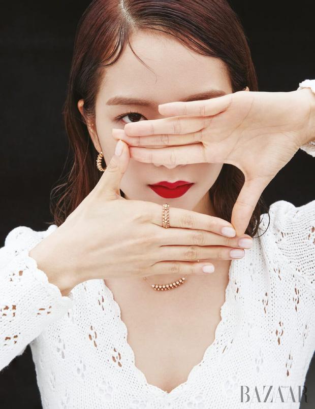Jisoo rất chăm làm mấy kiểu nail nhí nhảnh dễ thương vô đối, càng nhìn càng thấy cưng xỉu