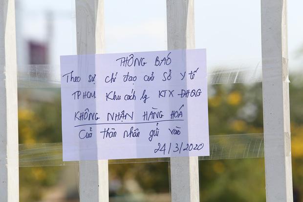 Người dân ném hàng hoá vào khu cách ly KTX ĐH Quốc Gia bất chấp có thông báo ngưng nhận đồ tiếp tế