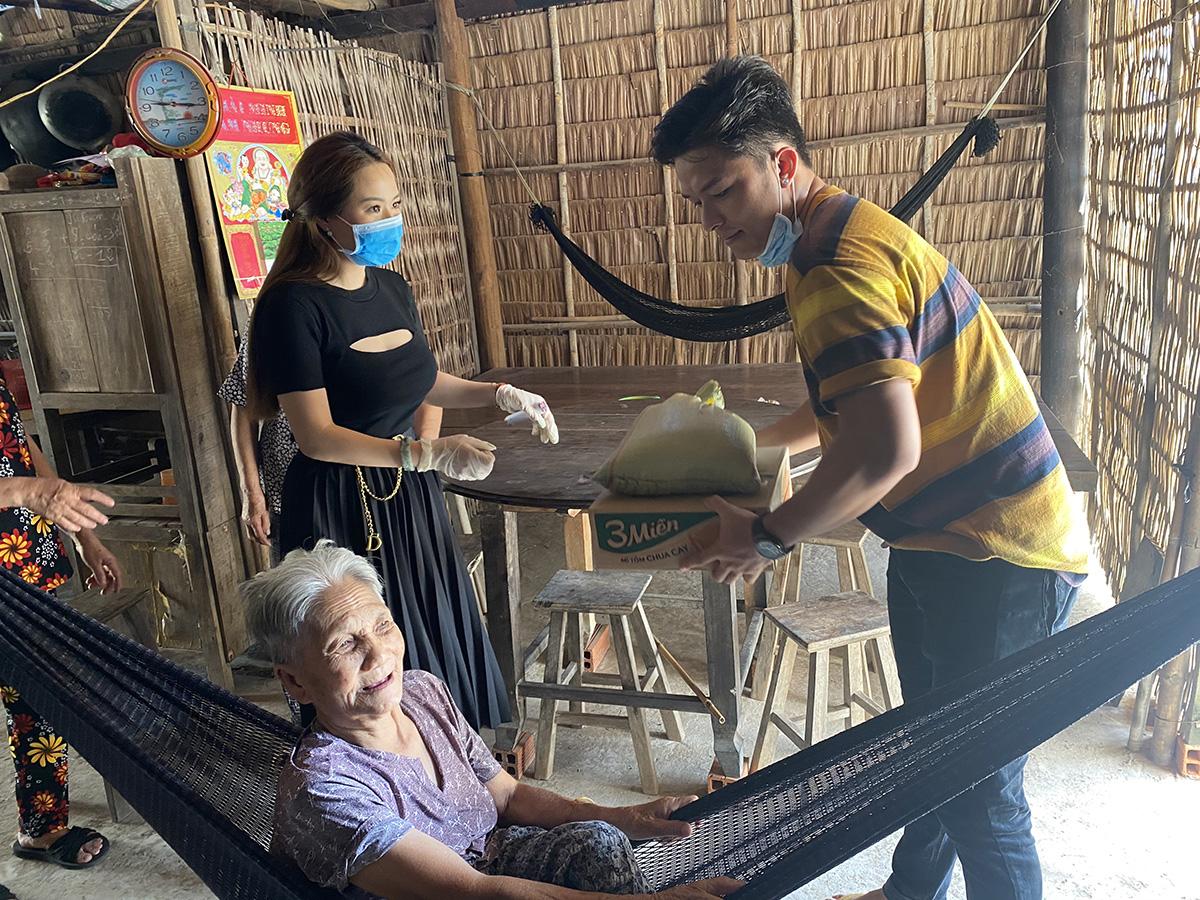 Ánh Linh, Lê Minh Thành đội nắng ôm gạo, mì tôm đến từng nhà tận tay tặng cho người nghèo Bến Tre