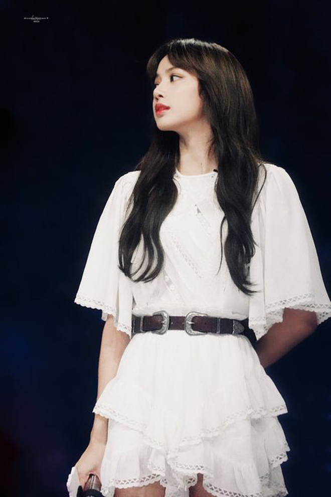 Lisa (BLACKPINK) khiến mạng xã hội xứ Trung chao đảo vì kiểu tóc rẻ mái cực đẹp trong show Thanh xuân có bạn 2