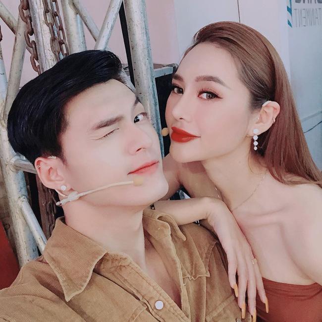 Lâm Vinh Hải dùng răng chỉnh bikini cho Linh Chi siêu tình cảm